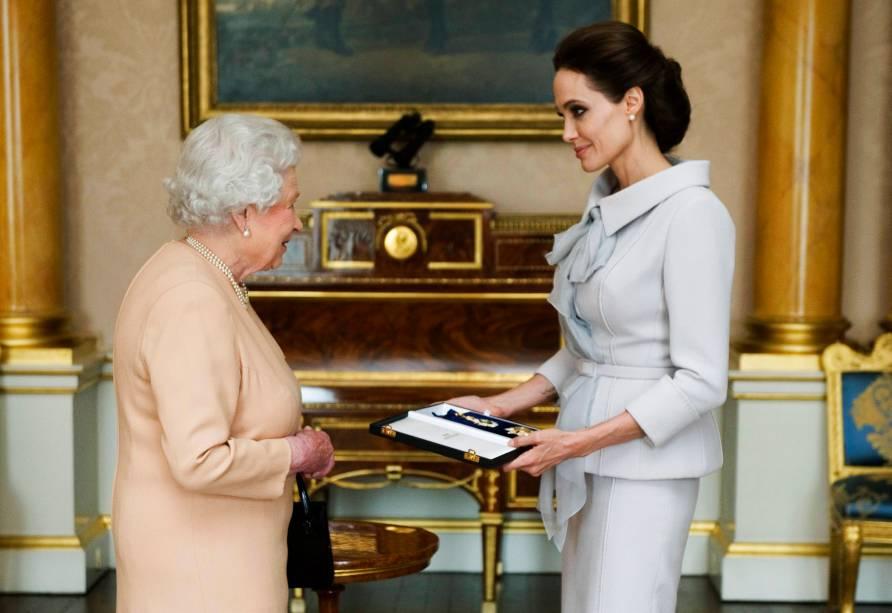 Angelina Jolie recebe insígnia das mãos da Rainha Elizabeth 2ª