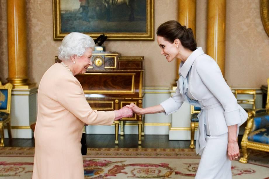 Angelina Jolie cumprimenta a Rainha Elizabeth 2ª após receber homenagem por trabalho humanitário