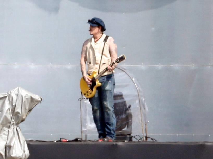 Johnny Depp na passagem de som, no Rio de Janeiro