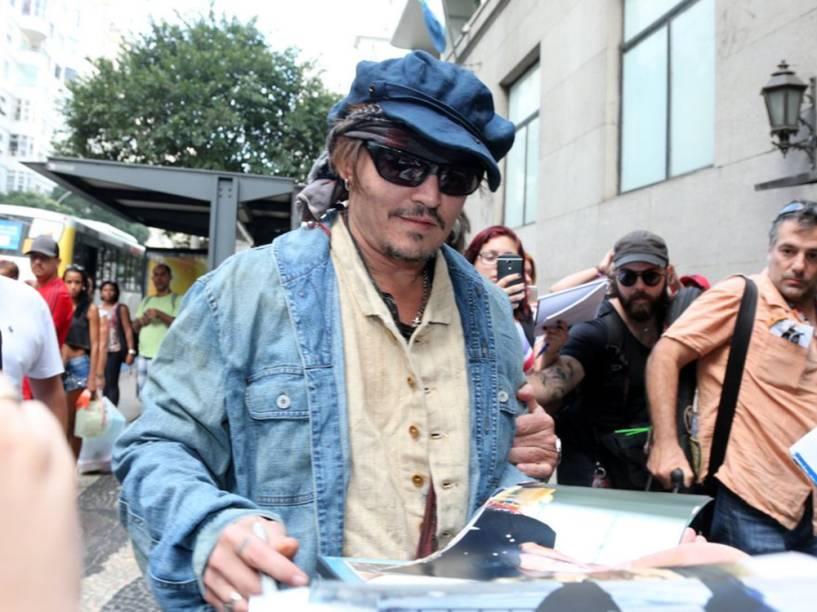 Johnny Depp na entrada do hotel no Rio de Janeiro