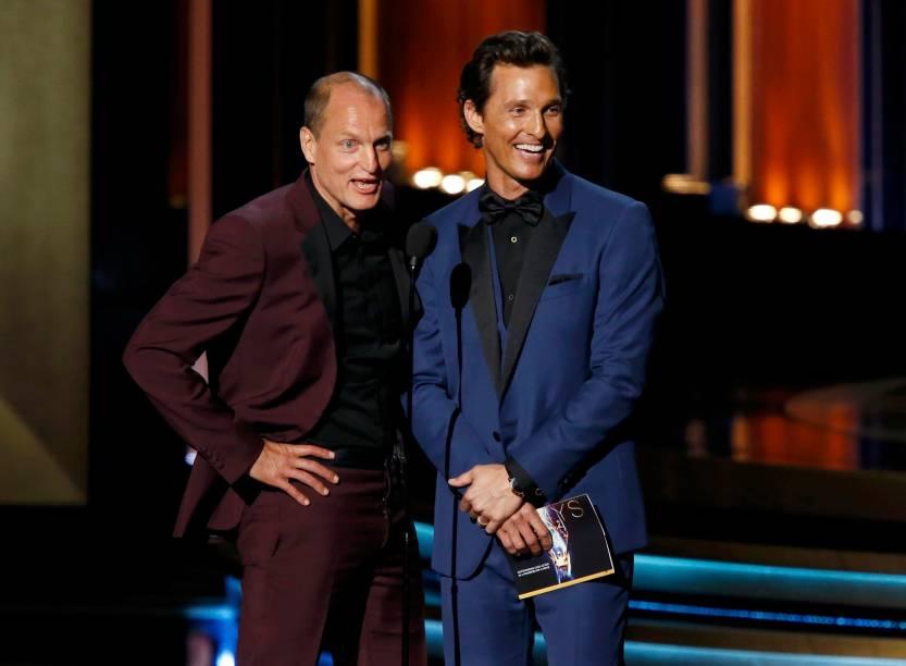 Os atores Matthew McConaughey e Woody Harrelson apresentam o prêmio de melhor ator de minissérie ou telefilme, no 66º Emmy em Los Angeles