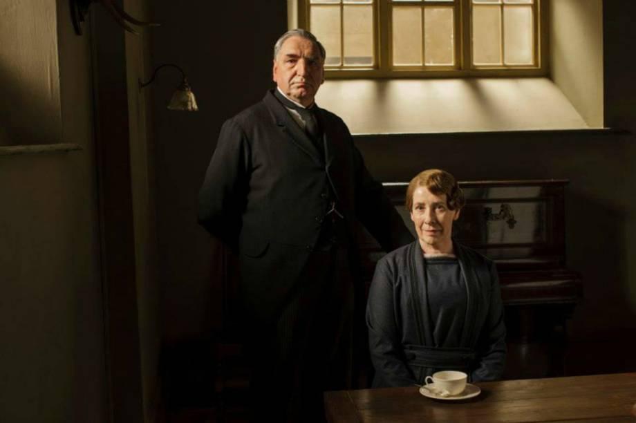 Jim Carter (Mr. Carson) e Phyllis Logan (Mrs. Hughes)na quinta temporada de 'Downton Abbey'