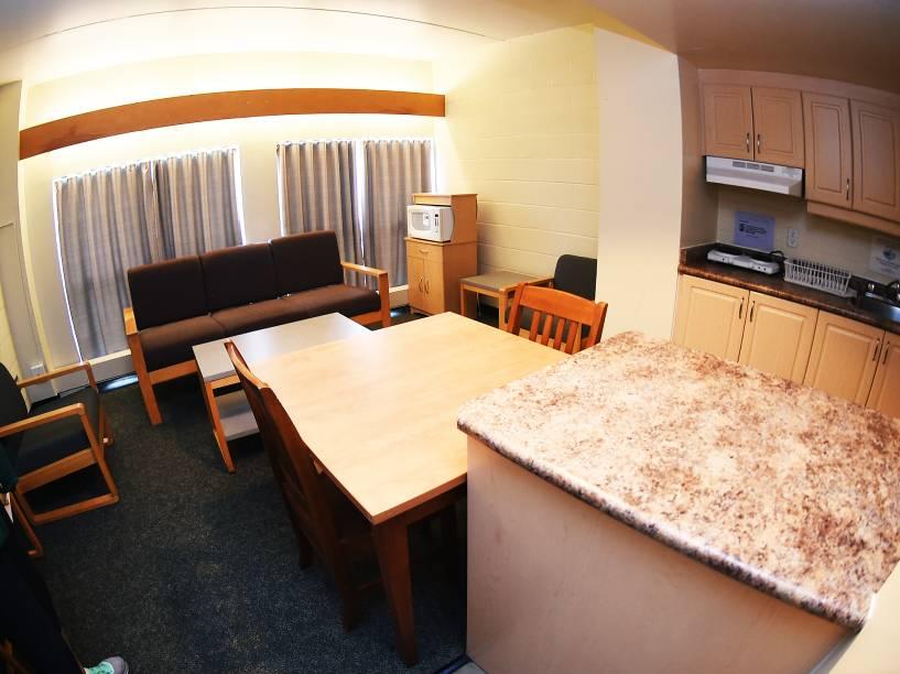 Cada apartamento conta com cinco quartos, dois banheiros, cozinha e sala de estar