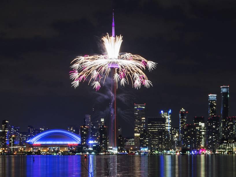 Fogos de artifício são disparados da CN Tower durante a cerimônia de abertura dos Jogos Pan-Americanos de 2015 em Toronto - 10/07/2015
