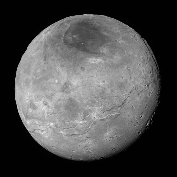 <p>Charon, a maior Lua de Plutão, revela uma história geológica complexa, com fraturas tectônicas, planícies e algumas montanhas do lado direito da imagem</p>
