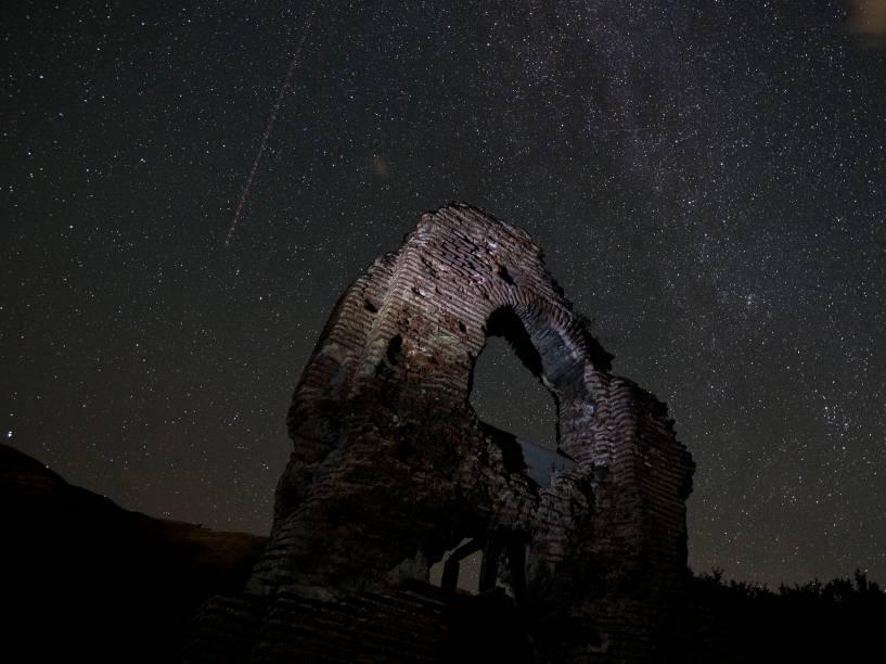 <p>Meteoro cruza o céu de St. Ilia Roman, na Bulgária</p>