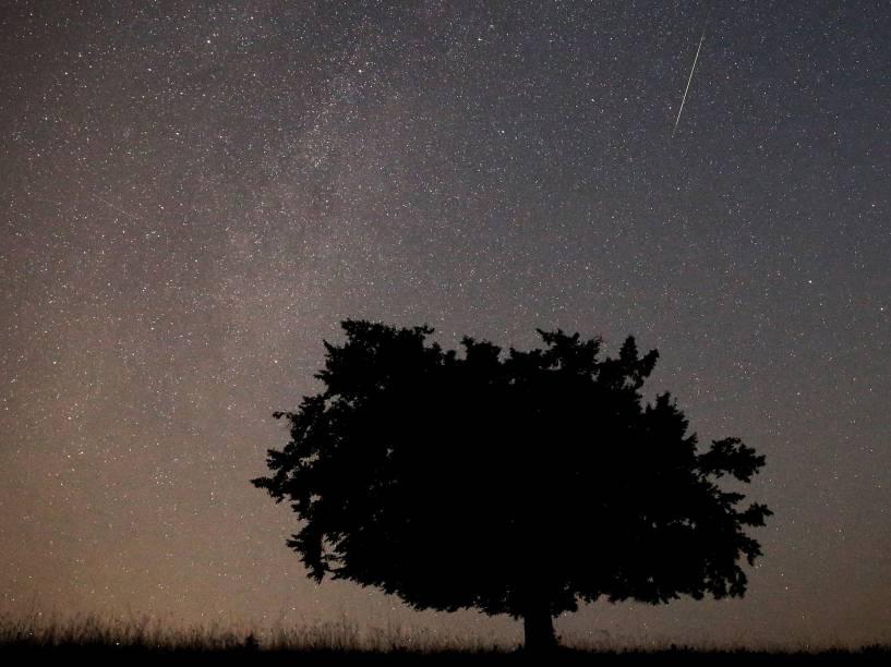 <p>Meteoro é visto cruzando o céu perto de Kraljevine, na montanha Smetovi, Bósnia</p>
