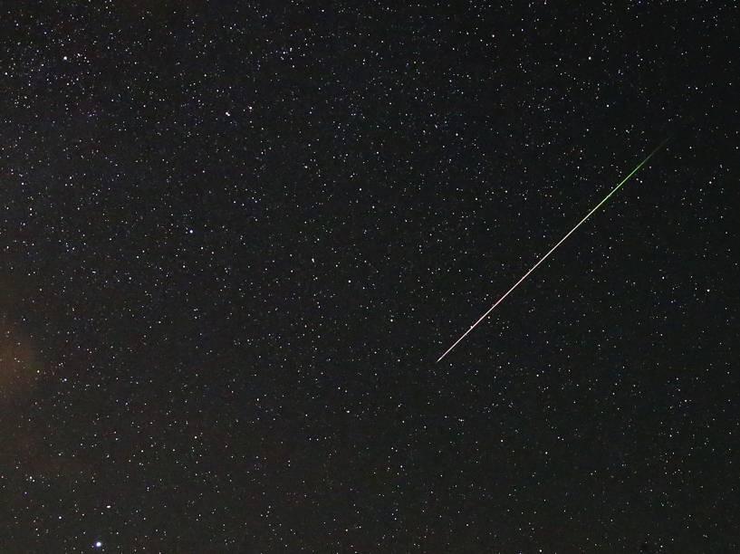 <p>Meteoro Perseida é visto cruzando o céu perto de Kraljevine, na montanha Smetovi, Bósnia</p>