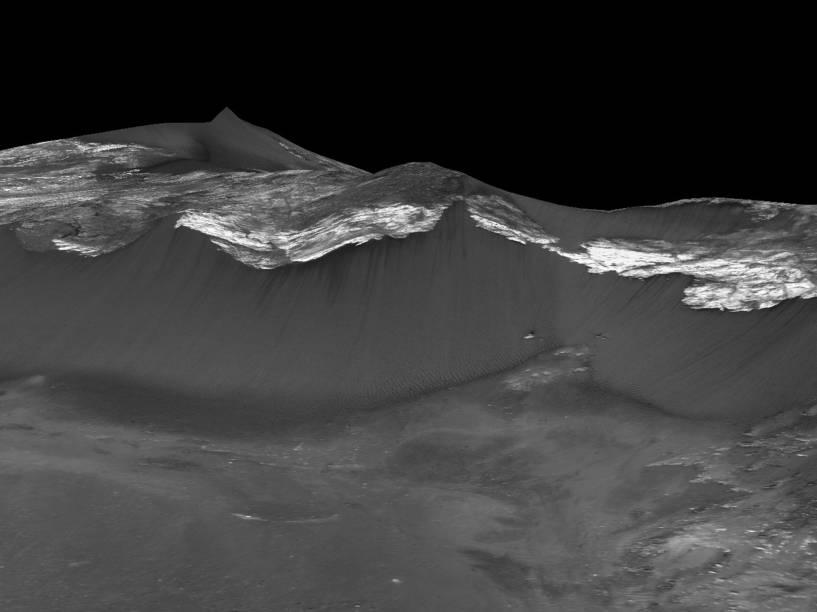 <p>Imagem mostra o que os cientistas conhecem pela sigla RSL (Recurring Slope Linear, em português algo como Linhas Recorrentes de Encosta), sulcos escuros que surgem nas bordas de crateras, cânions ou montanhas, observados na encosta virada a oeste de Coprates Chasma na região equatorial de Marte</p>