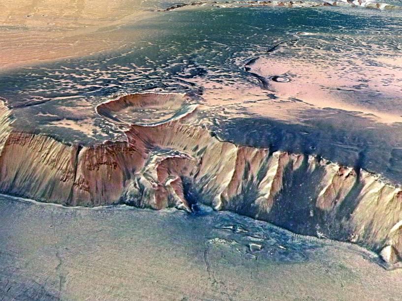 <p>Imagem divulgada pela Agência Espacial Europeia (ESA) em 2008, mostra a Echus Chasma, uma das maiores regiões de origem de água em Marte</p>
