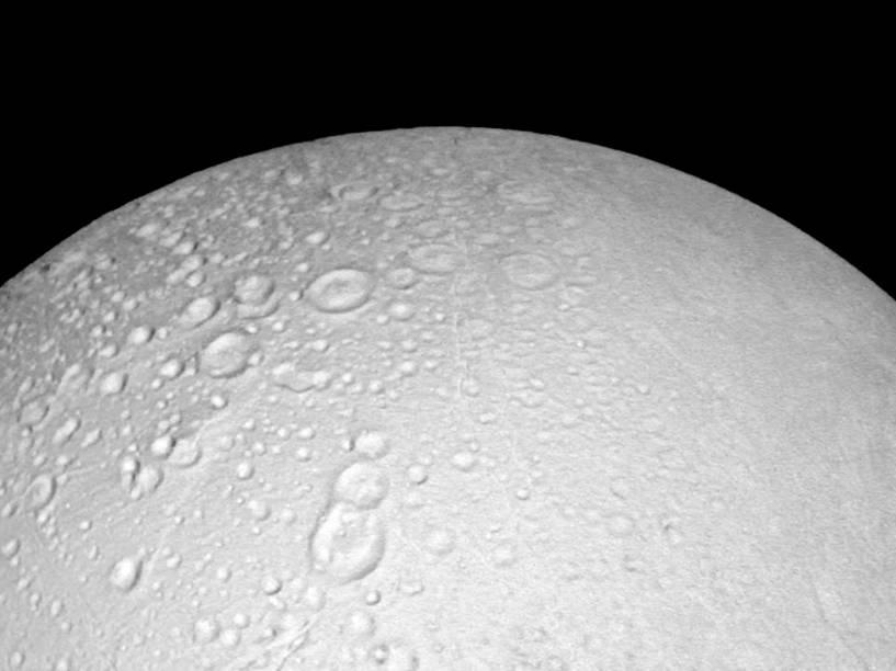 <p>Polo Norte de lua Enceladus de Saturno, em  imagem da sonda Cassini de 14 de outubro de 2015. Na foto é possível observar as crateras da superfície a uma distância de 6.000 quilômetros</p>
