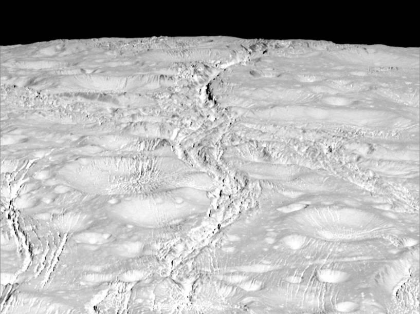 <p>Vista das fraturas da superfície do polo Norte de Enceladus, lua de Saturno, em foto de 14 de outubro de 2015 feita pela sonda Cassini</p>