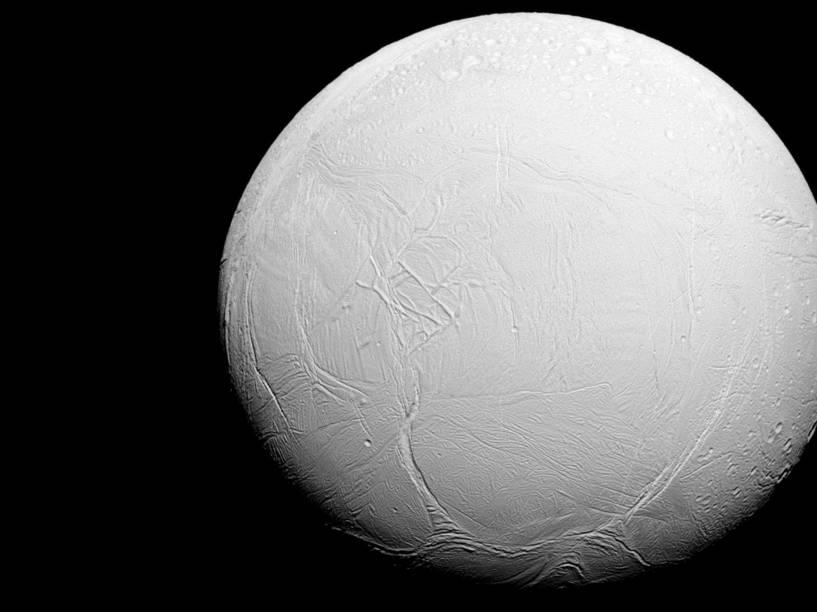 <p>Enceladus, a sexta maior lua de Saturno, em foto tirada pela sonda Cassini da Nasa, em 27 de julho de 2015</p>