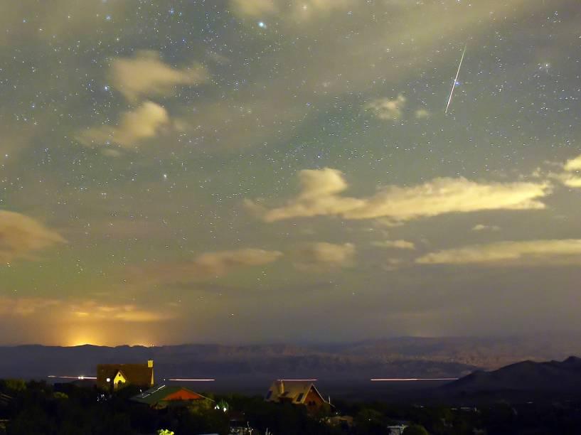 <p>Chuva de meteoros Perseidas atravessam o céu sobre a comunidade de Cold Creek, no estado de Nevada (EUA) - 12/08/2015</p>