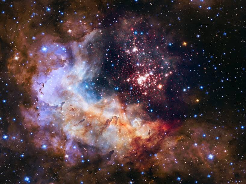 <p>Foto de Westerlund 2,um aglomerado de cerca de 3 000 estrelas localizada a 20 000 anos-luz da Terra</p>