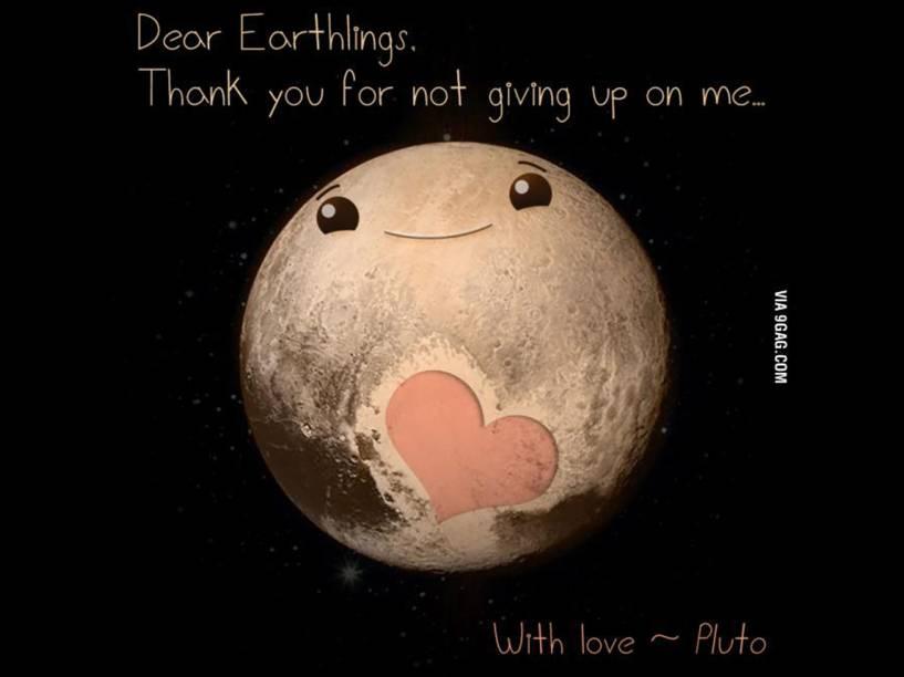 """<p>""""Queridos terráqueos, obrigado por não desistirem de mim. Com amor Plutão"""", diz a montagem</p>"""