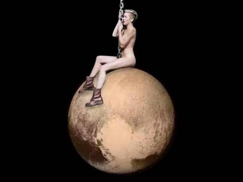<p>A montagem de Plutão com a cantora Miley Cyrus reproduz cena do clipe Wrecking Ball</p>