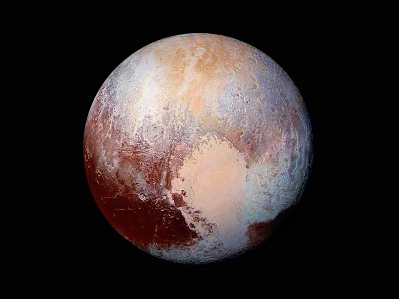 <p>A imagem é uma combinação feita com fotografias obtidas pela sonda New Horizons. As cores realçam detalhes da composição e textura da superfície de Plutão.</p>