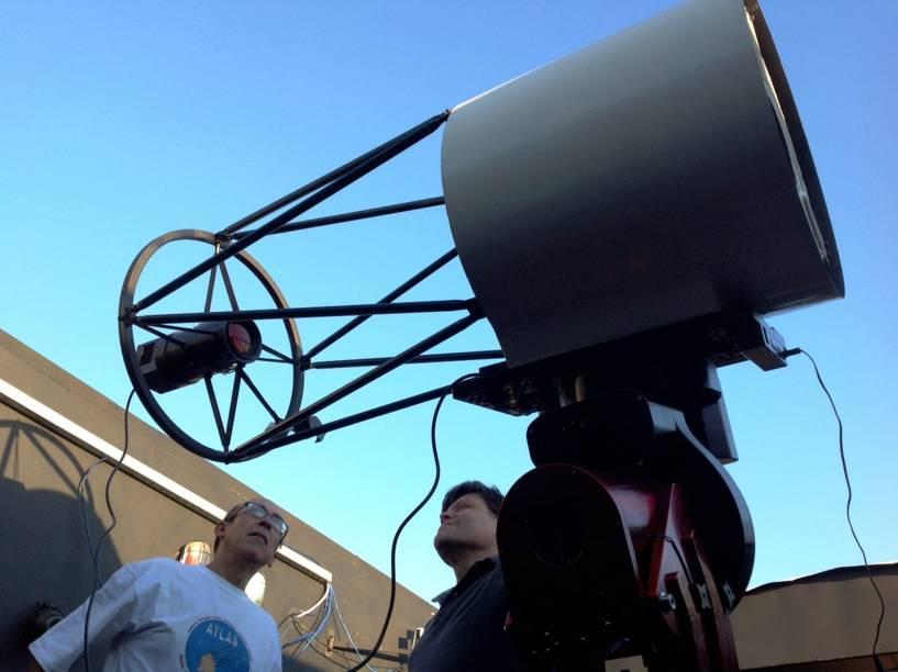<p>João Ribeiro (esq.) e Cristóvão Jacques, astrônomos amadores do Observatório Sonear, em Oliveiras (MG)</p>