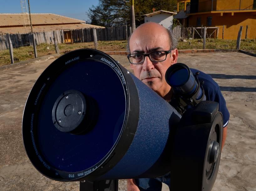 <p>O astrônomo amador, Joao Ribeiro, com o telescópio do observatório espacial Sonear, em Oliveira, Minas Gerais</p>