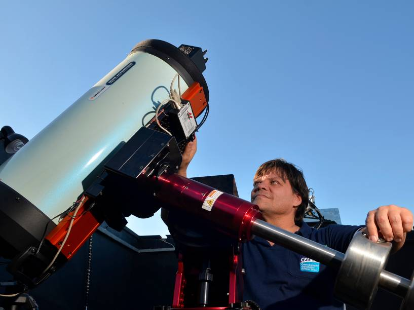 <p>O astrônomo amador, Cristóvão Jacques, no observatório espacial Sonear, na cidade de Oliveira, em Minas Gerais</p>