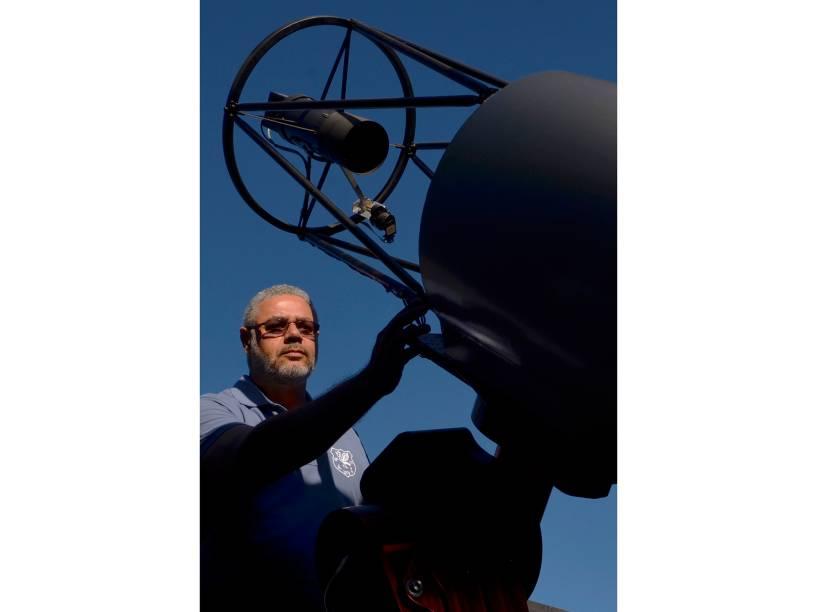 <p>O astrônomo amador, Eduardo Pimentel, no observatório espacial Sonear, em Oliveira, Minas Gerais</p>