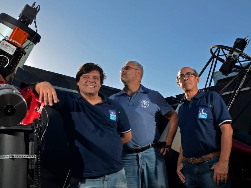 <p>O trio de astrônomos amadores Cristóvão Jacques, Eduardo Pimentel e João Ribeiro, no observatório espacial Sonear</p>