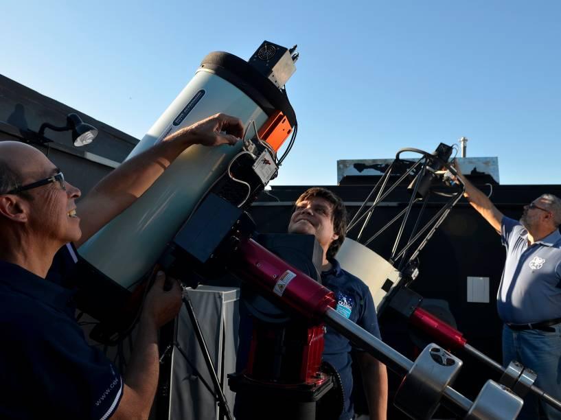 <p>Na imagem, os astrônomos amadores Cristóvão Jacques, Eduardo Pimentel e João Ribeiro, no observatório espacial Sonear, em Oliveira, Minas Gerais</p>