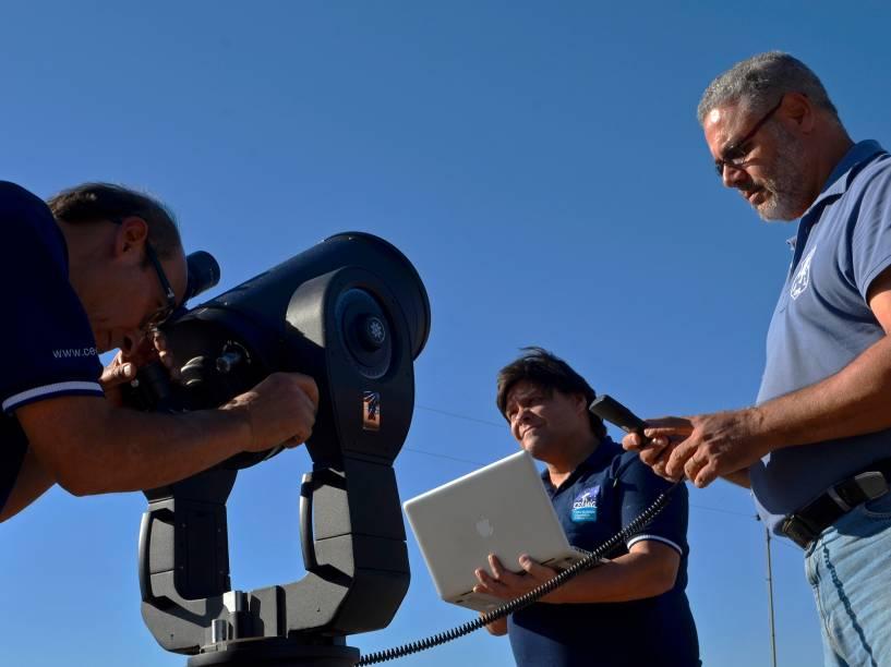 <p>Cristóvão Jacques, Eduardo Pimentel e João Ribeiro, com alguns equipamentos do observatório espacial Sonear, em Oliveira, Minas Gerais</p>