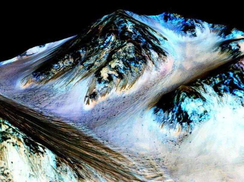 <p>Imagem de Marte mostra os veios escuros de 100 metros de comprimento que, de acordo com cientistas da Nasa, são formados por água líquida</p>