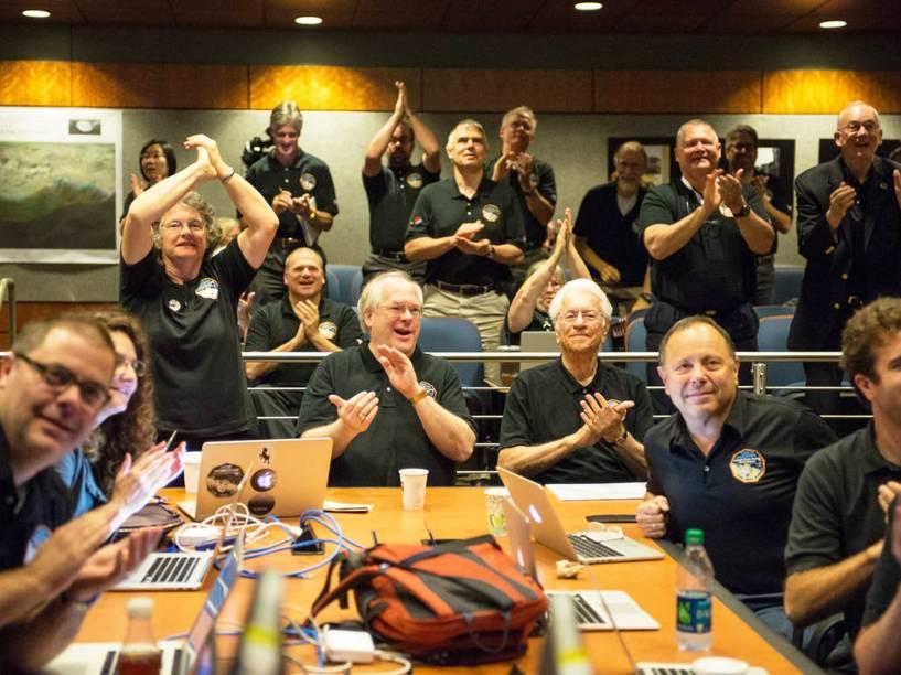 <p>Cientistas comemoram ao ver pela primeira vez a imagem mais aproximada de Plutão</p>