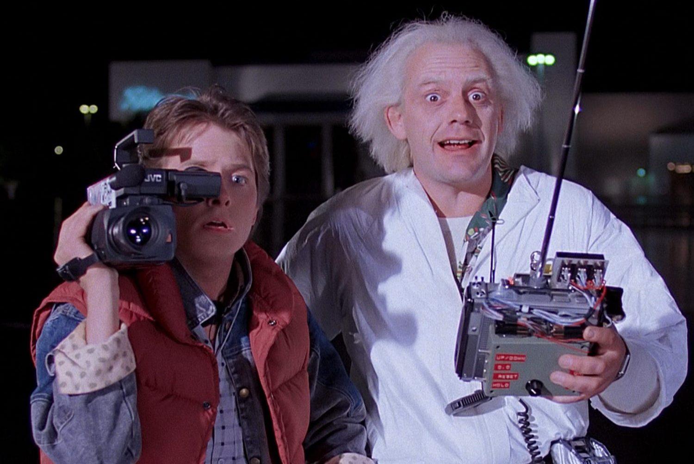 Marty McFly (Michael J. Fox) e o Doutor Brown (Christopher Lloyd) em cena do filme 'De Volta Para o Futuro'