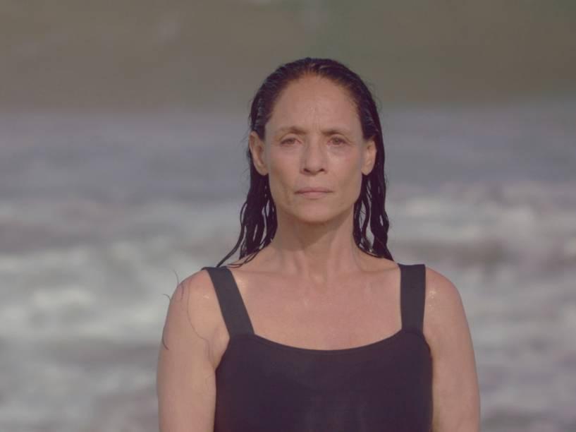 Clara (Sônia Braga) vive em um antigo apartamento à beira da praia no filme 'Aquarius', de Kléber Mendonça Filho