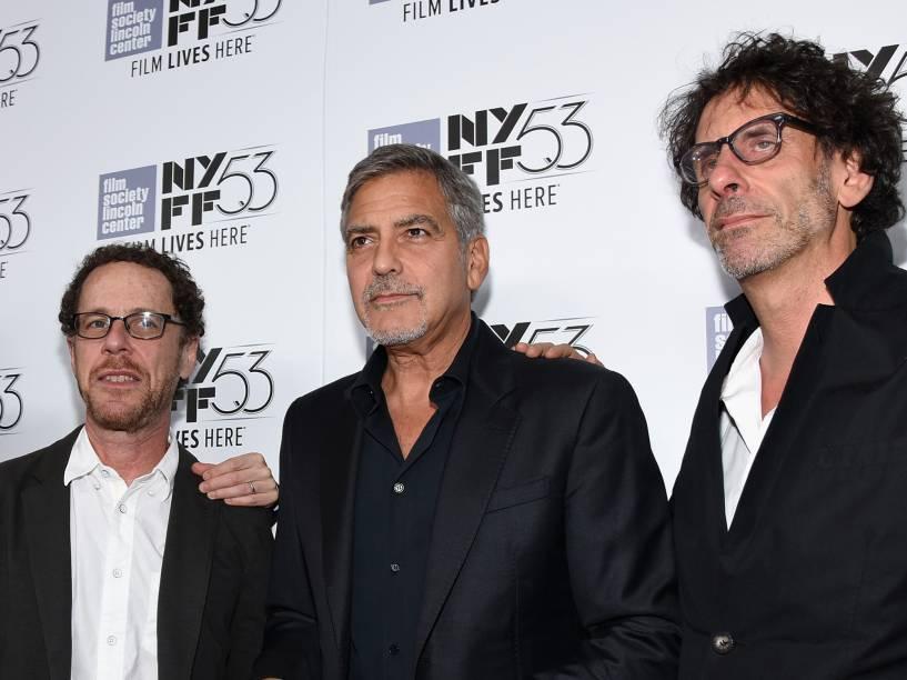 O ator George Clooney e os diretores Ethan (esquerda) e Joel Cohen (direita)