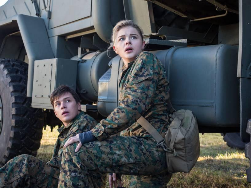 Nick Robinson (Ben Parish) e Chloë Grace Moretz (Cassie Sullivan) no filme A 5ª Onda