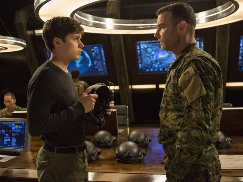 Nick Robinson (Ben Parish) e Liev Schreiber (Colonel Vosch) no filme A 5ª Onda