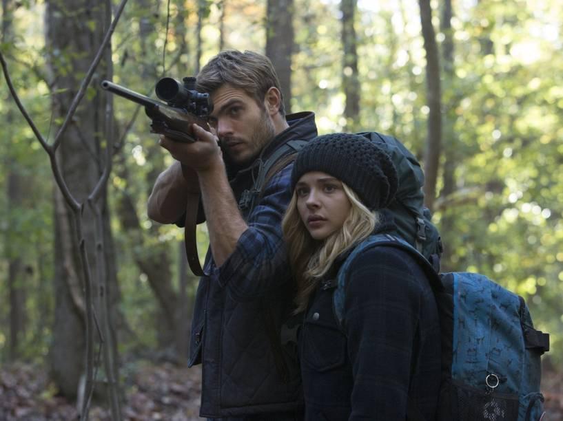 Alex Roe (Evan Walker) e Chloë Grace Moretz (Cassie Sullivan) no filme A 5ª Onda