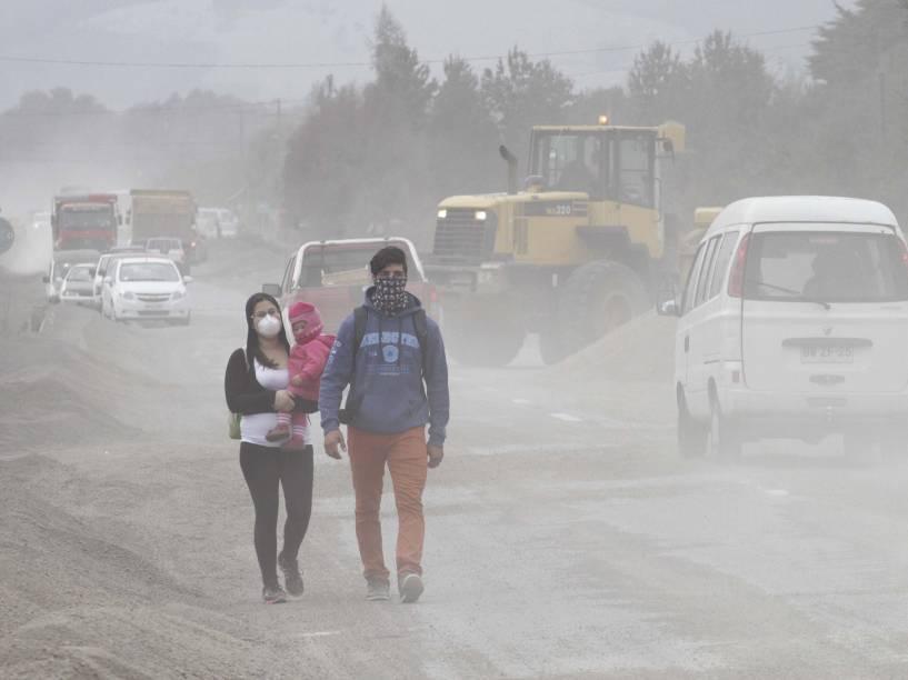A nuvem de cinzas vulcânicas oriunda da erupção do vulcão chileno Calbuco cobre grande parte do Chile