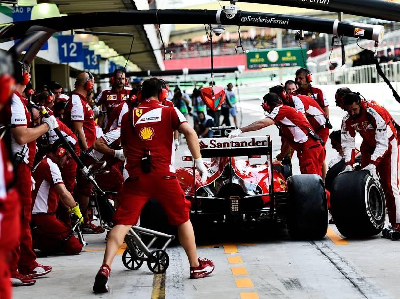 Movimentação no box da Ferrari durante treino classificatório em Interlagos