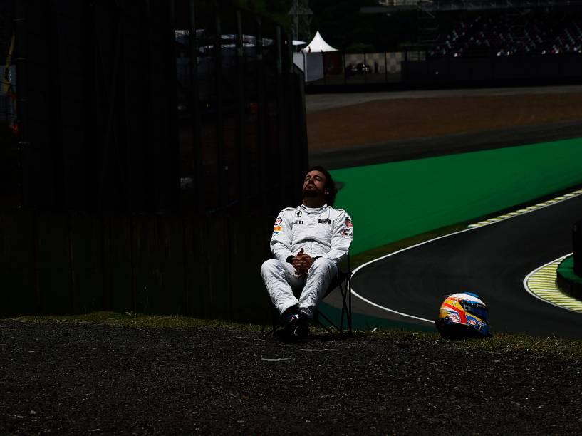 Piloto Fernando Alonso, da McLaren sai da pista, durante treino no Autódromo de Interlagos, na zona sul da capital paulista, neste sábado (14)