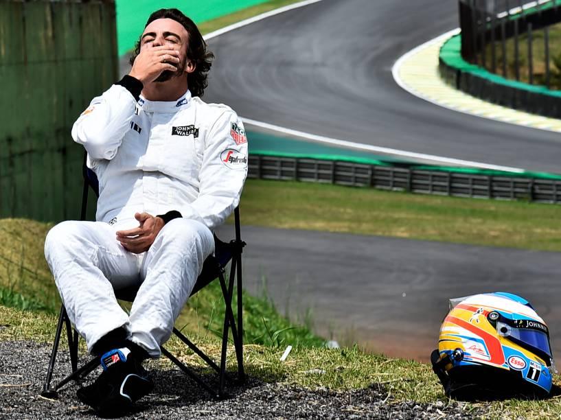 Piloto Fernando Alonso, da McLaren sai da pista, durante treino no Autódromo de Interlagos, na zona sul da capital paulista, neste sábado (14). A disputa do GP Brasil de Fórmula 1 acontece amanhã, dia 15