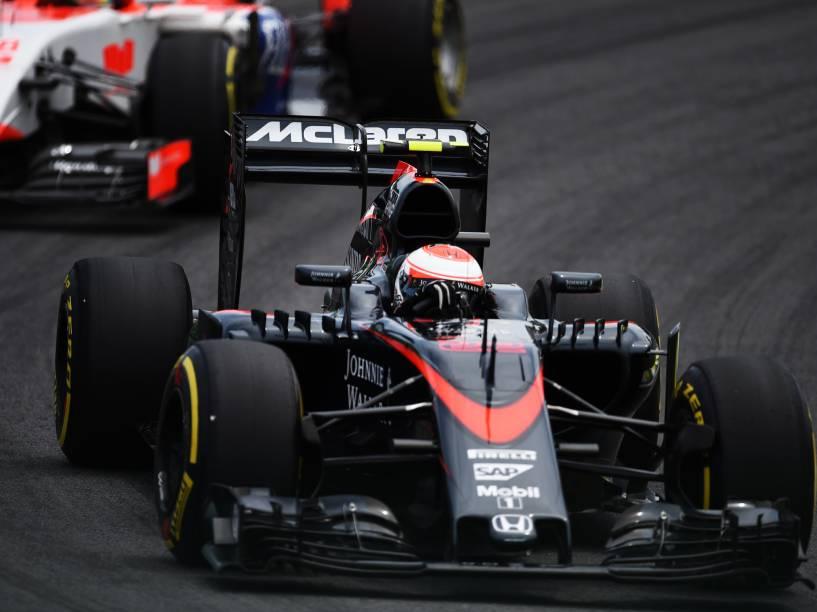 O piloto Jenson Button durante treino no autódromo de Interlagos, na zona sul da cidade de São Paulo, SP, neste sábado (14), para o treino do Grande Prêmio do Brasil de F1