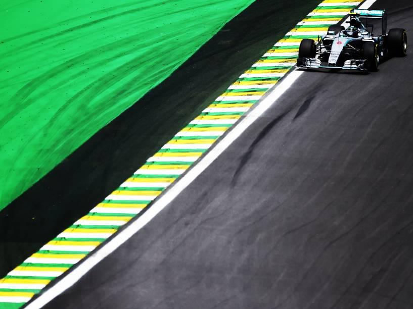 O piloto Nico Rosberg durante treino no autódromo de Interlagos, na zona sul da cidade de São Paulo, SP, neste sábado (14), para o treino do Grande Prêmio do Brasil de F1