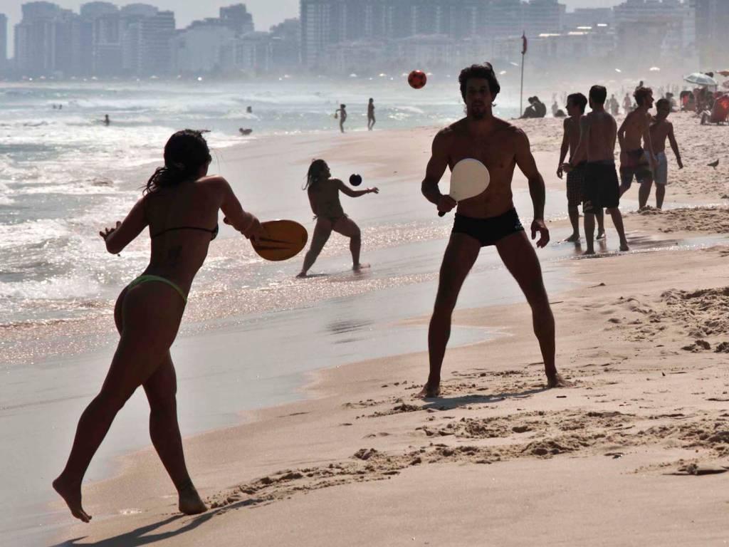 Banhistas aproveita, o forte calor na praia do Pepí, na Barra da Tijuca, no Rio de Janeiro, RJ