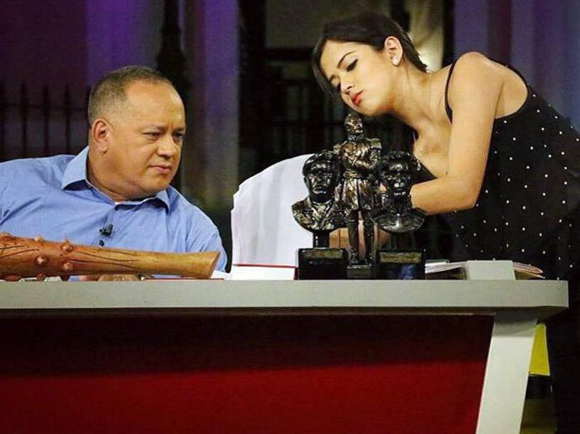 Daniella Cabello nos bastidores do programa de TV do pai, o deputado venezuelano Diosdado Cabello