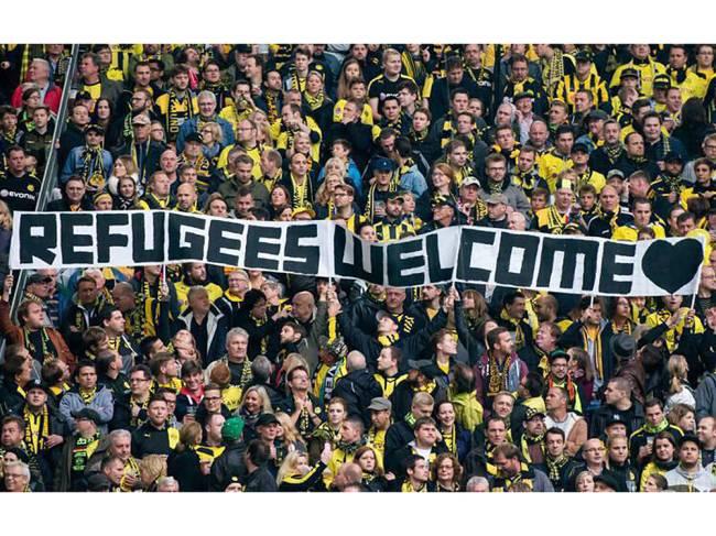"""Torcida do Borussia Dortmund, da Alemanha, com faixa """"Bem-vindos, refugiados"""""""