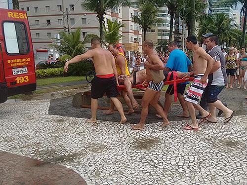 <p>Banhistas auxiliam no resgate de turistas atingidos por raio na Praia do Canto do Forte, em Praia Grande (SP)</p>