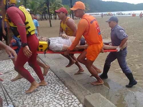 <p>Guarda-vidas e bombeiros socorrem vítimas que receberam descarga elétrica em Praia Grande (SP)</p>