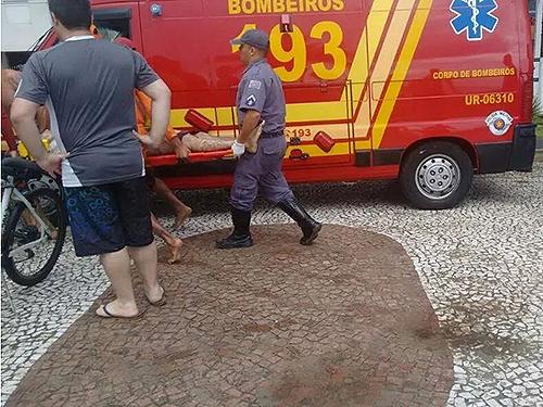<p>Bombeiros removem vítima atingida por raio na Praia do Canto do Forte, em Praia Grande (SP)</p>