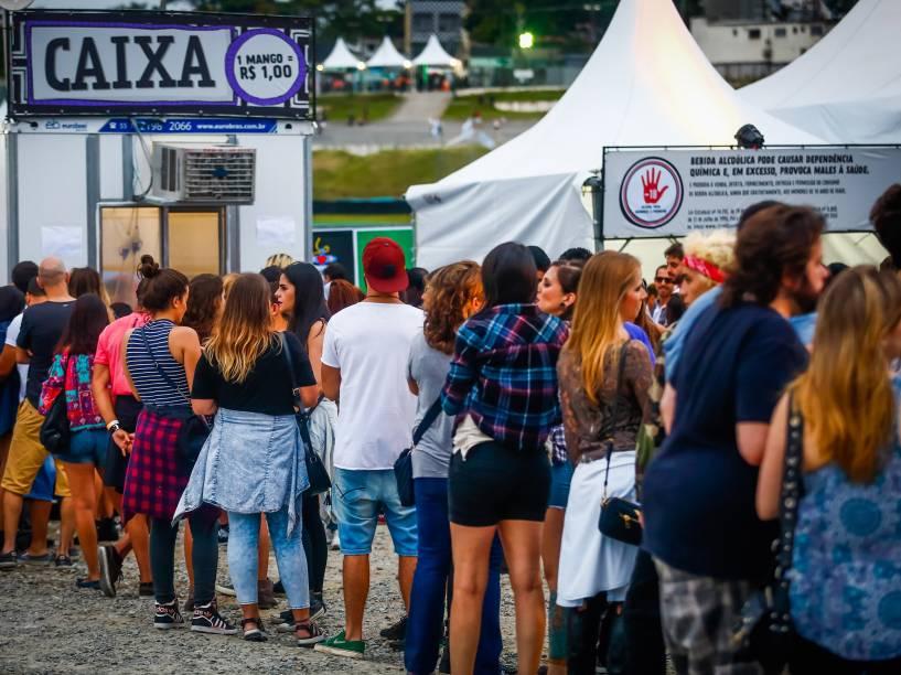 Grande fila para compra de fichas no Lollapalooza